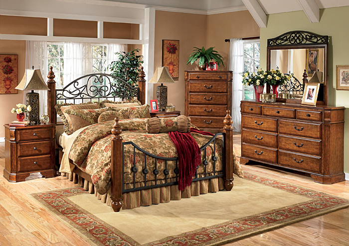 Wyatt Queen Poster Bed w/Dresser, Mirror, Drawer Chest & Nightstand,Signature Design by Ashley