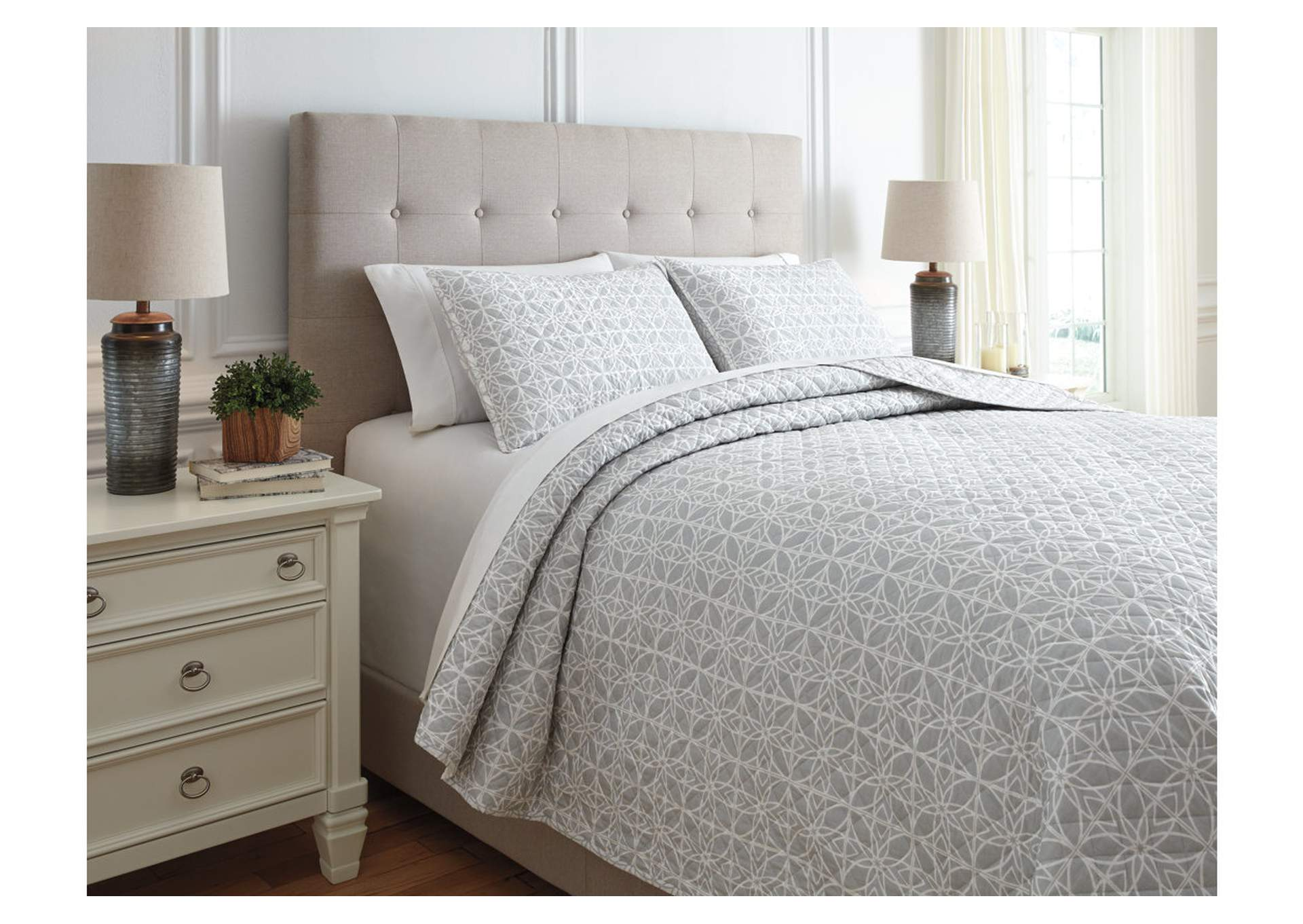 Mayda Gray/White 3-Piece Queen Quilt Set,Signature Design By Ashley